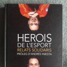 Coleccionismo deportivo: HEROIS DE L'ESPORT RELATS SOLIDARIS / ANDRÉS INIESTA PRÒLEG / EDI. T.G.VIGOR / 1ª EDICIÓN 2011. Lote 112611703