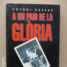 Coleccionismo deportivo: A UN PAM DE LA GLÒRIA 11 ANYS DE BARÇA - NTONI BASSAS - EDICIONS DE LA MAGRANA . Lote 112762003