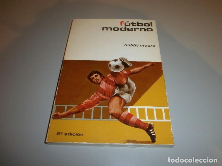 LIBRO FUTBOL MODERNO POR BOBBY MOORE AÑO 1974 (Coleccionismo Deportivo - Libros de Fútbol)