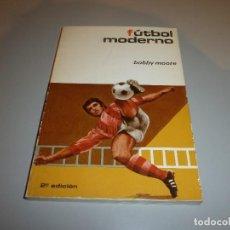 Coleccionismo deportivo: LIBRO FUTBOL MODERNO POR BOBBY MOORE AÑO 1974. Lote 114633875