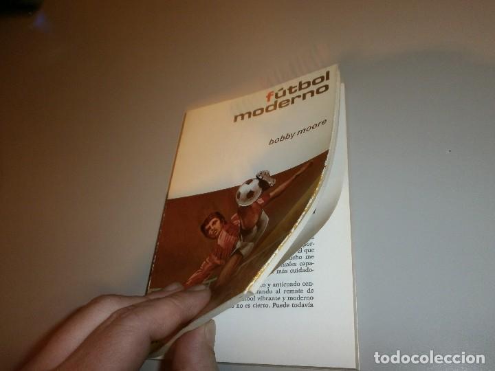 Coleccionismo deportivo: libro futbol moderno por bobby moore año 1974 - Foto 2 - 114633875