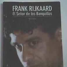 Coleccionismo deportivo: FRANK RIJKAARD, EL SEÑOR DE LOS BANQUILLOS. TONI FRIEROS. FIRMADO POR JUGADORES Y TÉCNICOS DEL BARÇA. Lote 115224147