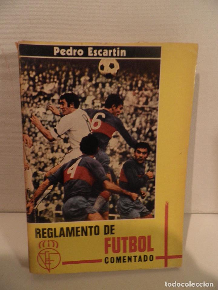 REGLAMENTO DE FUTBOL ASOCIACION. COMENTARIOS Y ACLARACIONES POR PEDRO ESCARTIN MORAN. AÑO 1972 (Coleccionismo Deportivo - Libros de Fútbol)