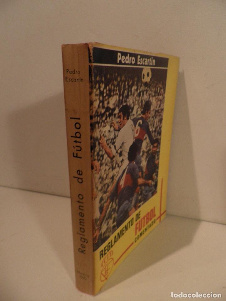Coleccionismo deportivo: REGLAMENTO DE FUTBOL ASOCIACION. COMENTARIOS Y ACLARACIONES POR PEDRO ESCARTIN MORAN. AÑO 1972 - Foto 3 - 118756791