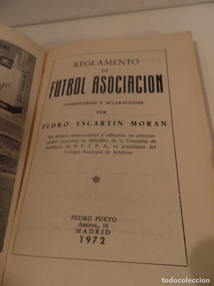 Coleccionismo deportivo: REGLAMENTO DE FUTBOL ASOCIACION. COMENTARIOS Y ACLARACIONES POR PEDRO ESCARTIN MORAN. AÑO 1972 - Foto 4 - 118756791