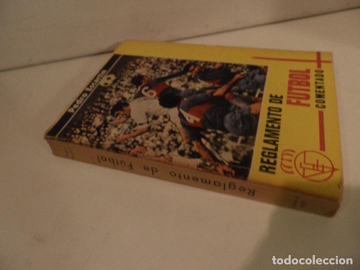 Coleccionismo deportivo: REGLAMENTO DE FUTBOL ASOCIACION. COMENTARIOS Y ACLARACIONES POR PEDRO ESCARTIN MORAN. AÑO 1972 - Foto 10 - 118756791