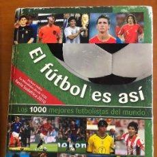 Coleccionismo deportivo: EL FUTBOL ES ASI LOS 1000 MEJORES FUTBOLISTAS DEL MUNDO 368 HOJAS A TODO COLOR . Lote 120219235