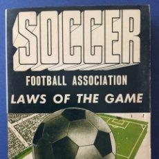 Coleccionismo deportivo: SOCCER.LAWS OF THE GAME. 1ª EDICIÓN. CON AUTOGRAFO AUTOR. DIEGO DE LEO. Lote 124274410
