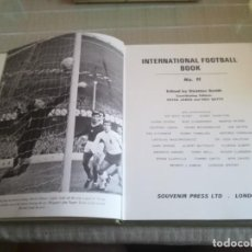 Coleccionismo deportivo: LIBRO EN INGLÉS INTERNATIONAL FOOTBALL BOOK N°11MIREN FOTOS . Lote 125123139