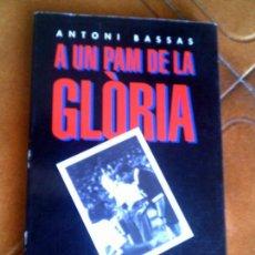 Coleccionismo deportivo: LIBRO A UN PAM DE LA GLORIA DE ANTONI BASSAS EDICIONS LA MAGRANA 1994. Lote 126108431