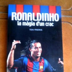 Coleccionismo deportivo: LIBRO RONALDINHO LA MAGIA DUN CRAC POR TONI FRIEROS COLECIO SPORT. Lote 126109927