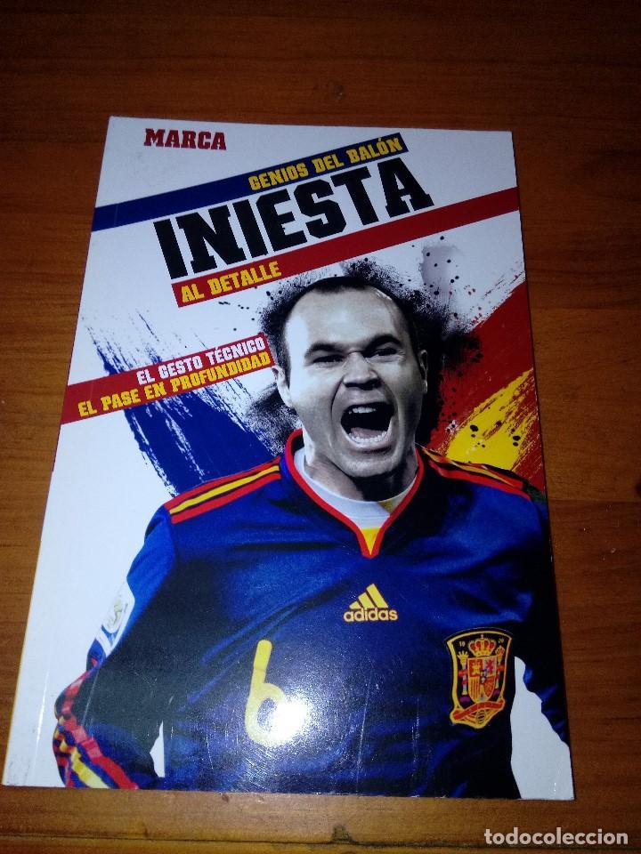 GENIOS DEL BALÓN AL DETALLE. MARCA. INIESTA. EST23B4 (Coleccionismo Deportivo - Libros de Fútbol)