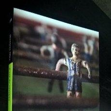 Coleccionismo deportivo: A RAS DE YERBA: APUNTES FUTBOLEROS. MONTERO GLEZ. DEBOLSILLO PRIMERA EDICION 2009.. Lote 143620086