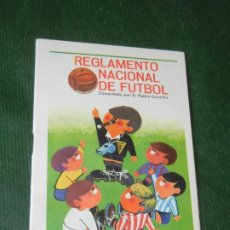 Coleccionismo deportivo: REGLAMENTO NACIONAL DE FUTBOL, COMENTADO POR PEDRO ESCARTIN - TABACOS RUMBO 1966. Lote 174022080