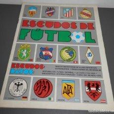 Coleccionismo deportivo: LIBRO ESCUDOS DE FUTBOL. Lote 234391770