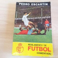 Coleccionismo deportivo: REGLAMENTO DE FUTBOL COMENTADO. PEDRO ESCARTÍN. EDITA PUEYO 1967. BUEN ESTADO. Lote 200062951