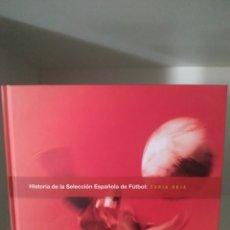 Coleccionismo deportivo: HISTORIA DE LA SELECCIÓN ESPAÑOLA DE FÚTBOL. FURIA ROJA. GRUPO CORREOS.. Lote 206559298