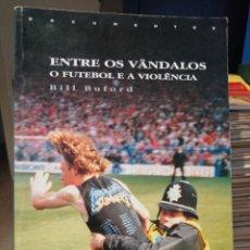 Coleccionismo deportivo: ENTRE OS VANDALOS EL FUTBOL Y LA VIOLÈNCIA LOS HOOLIGANS, TEXTO EN PORTUGUES. Lote 210257731