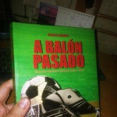 Coleccionismo deportivo: LIBRO: A BALÓN PASADO. Lote 210939472