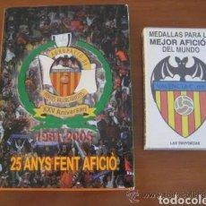 Coleccionismo deportivo: LIBRO AGRUPACIÓ DE PENYES VALENCIANISTES 1981-2005 XXV ANYS FENT PENYA. + 22 MEDALLAS PLANTILLA VCF. Lote 222948201
