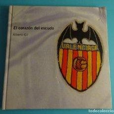 Coleccionismo deportivo: EL CORAZÓN DEL ESCUDO. ALBERTO GIL. INCLUYE DVD. VALENCIA C.F.. Lote 261909430