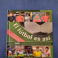 Coleccionismo deportivo: EL FÚTBOL ES ASÍ - LOS 1000 MEJORES FUTBOLISTAS DEL MUNDO - DEPORTE JUGADOR HISTORIA FOTOS LIBRO NGV. Lote 288186818