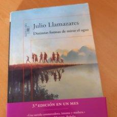 Libros: DISTINTAS FORMAS DE MIRAR EL AGUA, JULIO LLAMAZARES, 3ª EDC.2015. Lote 219023287
