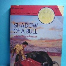 Libros: LIBRO. SHADOW OF A BULL. MAIA WOJCIECHOWSKA. LIBRO EN INGLÉS. GANADOR NEWBERY MEDAL. 1992. Lote 32912985
