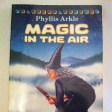 Libros: MAGIC IN THE AIR. PHYLLIS ARKLE. A YOUNG PUFFIN BOOK. LIBRO EN INGLÉS. 1978. Lote 34222814