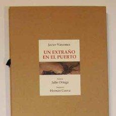 Libros: VÁSCONEZ, JAVIER - UN EXTRAÑO EN EL PUERTO - PRIMERA EDICIÓN FIRMADO. Lote 201615020