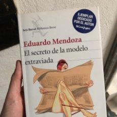 Livres: EDUARDO MENDOZA EL SECRETO DE LA MODELO EXTRAVIADA FIRMADO POR EL AUTOR. Lote 247988095