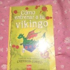 Libros: COMO ENTRENAR A TU VIKINGO LIBRO DE CRESSIDA COWELL. Lote 168857752