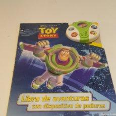 Libros: LIBRO DE AVENTURAS TOY STORY CON DISPOSITIVO DE PODERES BUZZ LIGHTYEAR CON SONIDOS. Lote 244763225