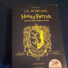 Libros: HARRY POTTER AND THE PHILISOPHERS STONE HUFFLEPUFF J.K.ROWLING 20 YEARS. Lote 179183871