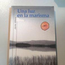 Libros: UNA LUZ EN LA MARISMA. JAVIER ALFAYA. ALFAGUARA. Lote 186394197