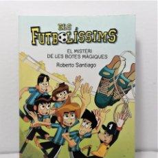 Libros: ELS FUTBOLISSIMS EL MISTERI DE LES BOTES MAGIQUES DE ROBERTO SANTIAGO AÑO 2020 EDIT CRUILLA. Lote 245178900