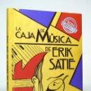 Libros: LA CAJA DE MÚSICA DE ERIK SATIE (2018) DE PACO ESPÍNOLA, ED. ALLANAMIENTO DE MIRADA. CONTIENE 2 CD.. Lote 159163658