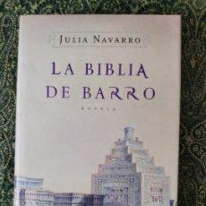 Libros: JULIA NAVARRO, LA BIBLIA DE BARRO, BARCELONA, RANDOM HOUSE MONDADORI, 2005, 1.ª, FIRMADO. Lote 176262528