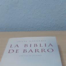 Libros: LIBROS LA BIBLIA DE BARRO Y LA HERMANDAD DE LA SABANA SANTA JULIA NAVARRO. Lote 192903946