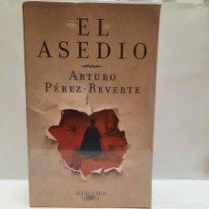 Libros: EL ASEDIO DE PÉREZ REVERTE. PRIMERA EDICIÓN. COLECCIONISTA.. Lote 269325593
