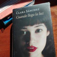 Libros: CLARA SÁNCHEZ. CUANDO LLEGA LA LUZ. CÍRCULO DE LECTORES. NUEVO.. Lote 146373305