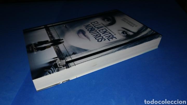 Libros: Ella entre nosotros - Greer Hendricks & Sarah Pekkanen - en perfecto estado - Foto 3 - 165458396