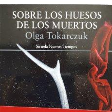 Libros: SOBRE LOS HUESOS DE LOS MUERTOS DE OLGA TOKARCZUK. Lote 205190386