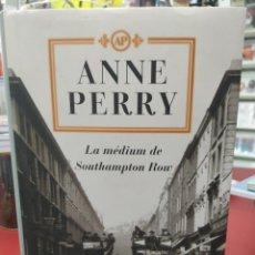 Libros: LA MEDIUM DE SOUTHAMPTON ROW ANNE PERRY EDITORIAL PLAZA AND JANÉS. Lote 217834491