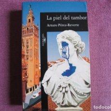 Libros: ARTURO PEREZ-REVERTE - LA PIEL DEL TAMBOR (SANTILLANA EDICIONES 2002). Lote 237065100