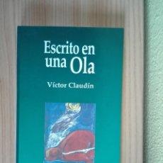 Libros: ESCRITO EN UNA OLA | VÍCTOR CLAUDÍN (NUEVO). Lote 243470125