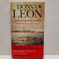 Libros: CON EL AGUA AL CUELLO DE DONNA LEON. NUEVO. Lote 276699003