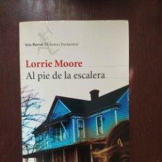 Libros: AL PIE DE LA ESCALERA LORRAINE MOORE. ENVIO CERTIFICADO INCLUIDO. Lote 217940982