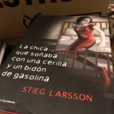 Libros: STIEG LARSSON LA CHICA QUE SOÑABA CON UNA CERILLA Y UN BIDÓN DE GASOLINA. Lote 222708560