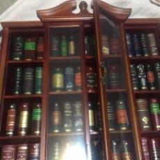 Livres: MUEBLE CON 96 LIBROS EN MINIATURA. Lote 233925850